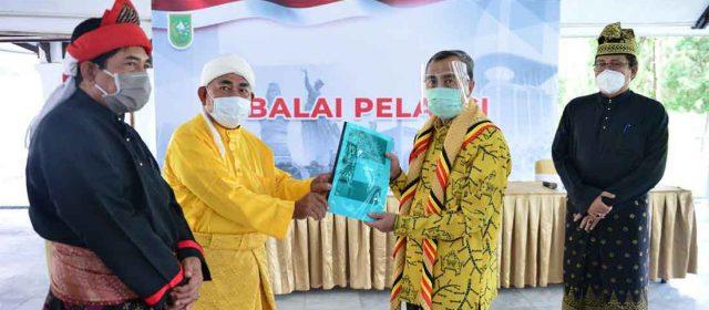 Suku Sakai Bathin Sobanga Serahkan Dokumen Usulan Hutan Adat Kepada Gubernur Riau